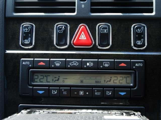 座面からあったか~♪フロント席シートヒータースイッチ!デュアルフルオートエアコンは後席用にもエアコン吹出口があるので全席しっかり快適空間になります(*^_^*)