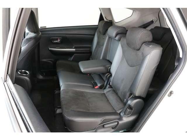 後席もキレイです。リクライニング機能もありますのでお好みの角度に変えてくつろげますね。