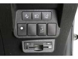 メーカーオプションの安全装備、オートマチックハイビーム、レーンディパーチャーアラートなどのスイッチ。 ビルトインETCもありますよ。白い○スイッチは走行中にTVが映るやつです。