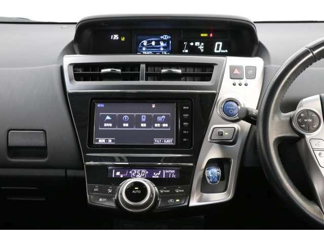 デザインの一体感が素晴らしい純正SDナビまで装備されております。オートエアコンのスイッチ類も使いやすくデザインされております。