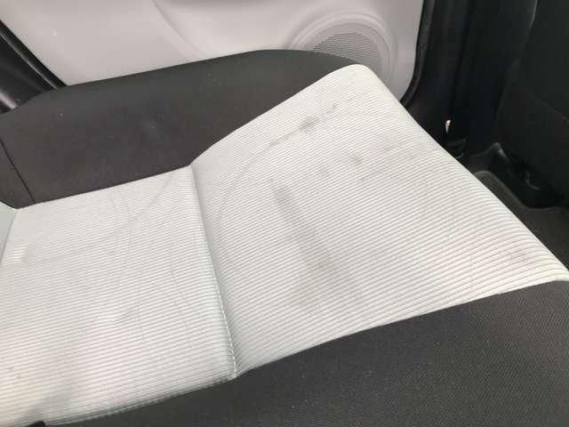 ※運転席、助手席、後部座席にシミがあります。