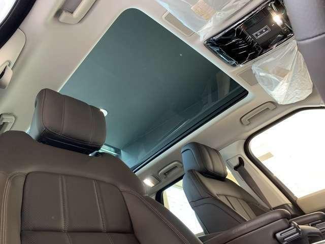 オプションのパノラミックガラスルーフ。後部座席までしっかり自然光を取り入れます。この装備があるだけで室内の解放感が上がり素敵なドライブを存分にお楽しみ頂けます。