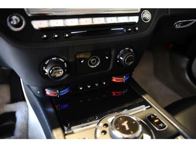 シートヒーター、エアコン操作ボタン、ダイヤル