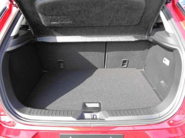 載せる荷物に合わせて容量を変えられる、2-WAYカーゴボードを採用したラゲッジスペース。