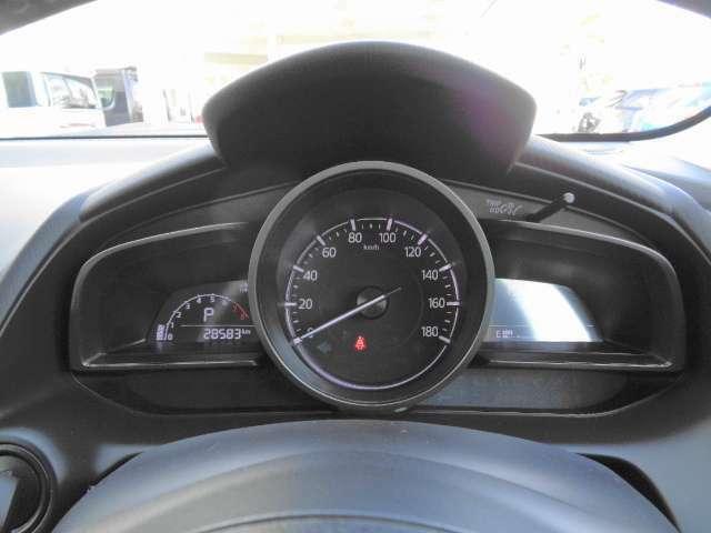 針のメーターは回転数、速度表示はデジタルで認識もしやすいから、安全運転にも繋がりますね。