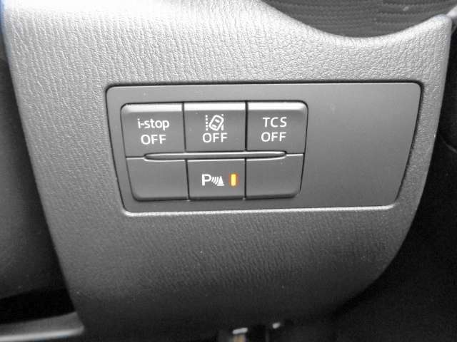 ダッシュボード右下には、安全装置のスイッチが配置されています。上段中央は、車線逸脱警報システム。下段中央は、リヤパーキングセンサーです。