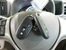 コーナーセンサーも装備しております。狭い道や車庫入れ時など、とても重宝しますよ!