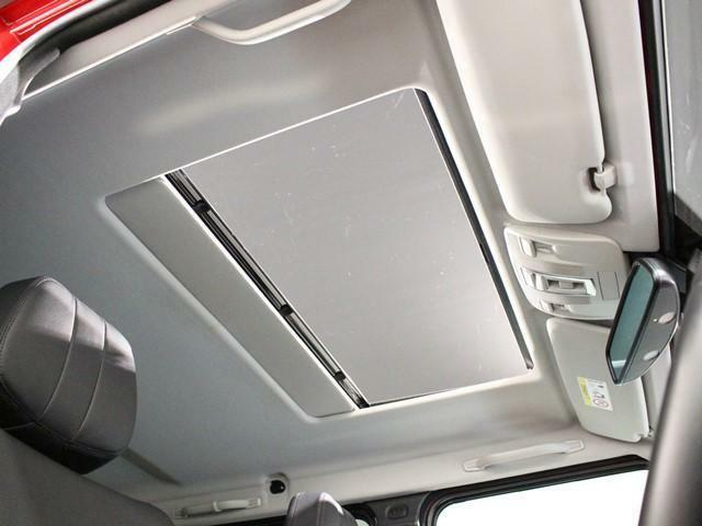 パノラミックスライディングルーフは通常のサンルーフの約2倍のガラス面積を持ってます。紫外線を効果的に遮るUVカットガラスを採用しておりウインドデフレクターも装備されており巻き込み風も少ないです。