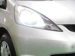 ディスチャージヘッドライトが暗い夜道のドライブを明るくサポートします。
