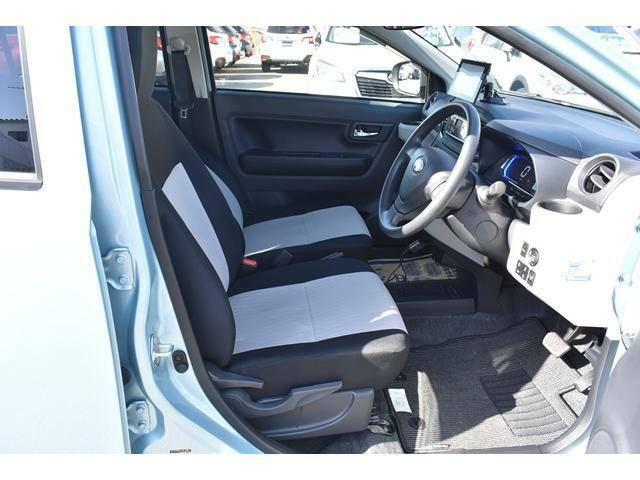 運転席はシートリフター付きで正しい運転姿勢が取れます