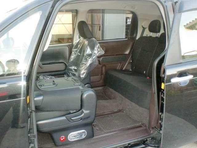 フロントシート背面がちょっとしたテーブル代わりになります。アウトドア要素もあって使い勝手が良いです!