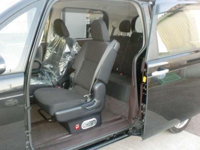 助手席側のみスライドドアという特徴があり、乗り降りの際の間口の広さが魅力です!