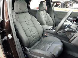 ブラックのレザーを使ったフロントシートには、電動パワーシートを標準装備。