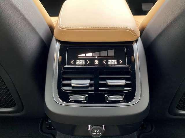 リアスペースでのドライブをより快適にする、フルオートマチック・エアコンディショナーを装備。
