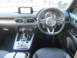 運転に欠かせない走行情報をドライバー正面に、快適利便情報をダッシュボード上部のセンターディスプレイに、そして手元を見ず直感的に操作できる位置にコマンドコントロールを配置したヘッズアップコクピット
