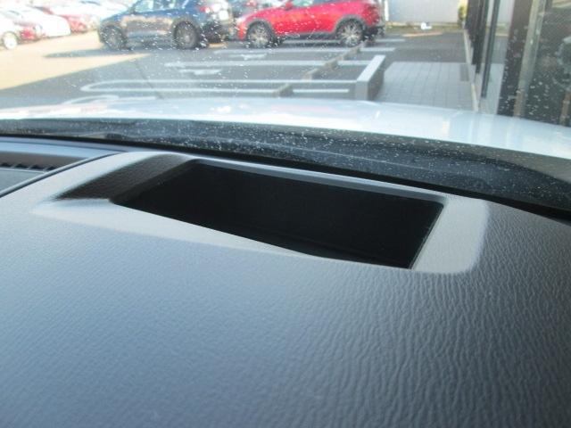 フロントガラスに運転に必要な走行情報を照射。前方の道路を見ながらでも安全な情報確認をサポートします