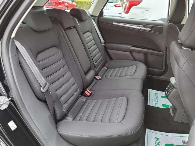 リアシートの座面もゆったりしておりリアパッセンジャーもくつろげる空間となっております。