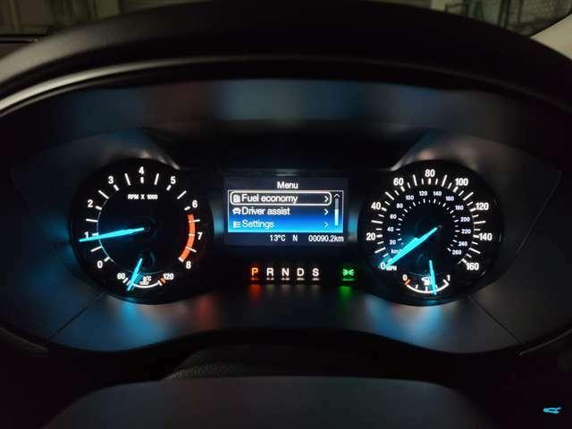 特徴的なブルーメーター!中央のマルチインフォメーションディスプレイにはデジタルスピードメーターやタイヤ空気圧モニターなどが表示できます!