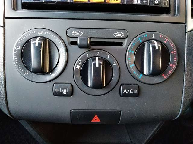 操作しやすいダイヤル式のマニュアルエアコン付きです!