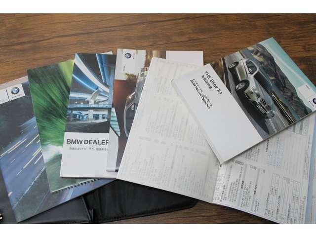 メーカー取扱説明書、これまでの整備記録簿、スペアキーが揃っています。この車両の履歴や扱われ方がしっかり把握できる証明です。