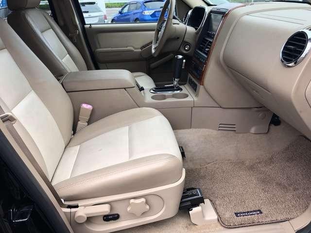 センターアームレストボックスや大容量のグローブボックスなど荷物が多い方でも安心の収納力です♪上級グレードのみ助手席にもパワーシートが搭載されております♪フロアマットも全席装備で嬉しいですね♪