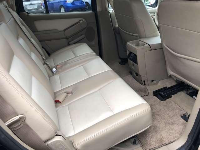 膝元や頭上ともスペースに余裕があり、かつ3人分の独立したシートが前席と同等の座り心地を提供してくれます♪使わない場合はサードシートと同様に折り畳みが出来るので大きな荷物も簡単に詰め込めます♪