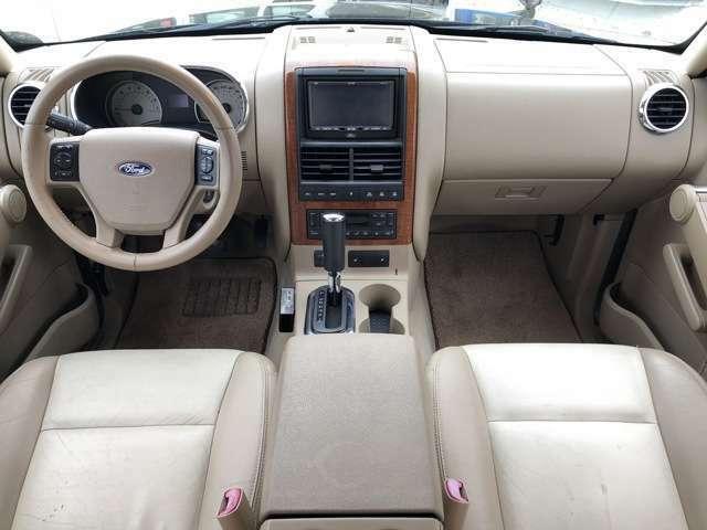 上級グレードのエディーバウアー♪上質感な本革シートにウッドパネルを用いた高級感漂う車内となっております♪メモリー機能パワーシート(ヒーター付き)装備♪汚れやシートのシミも少なく清潔感と快適性が◎♪