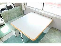 対面固定のシートになります☆テーブルを囲んでお食事も可能です☆