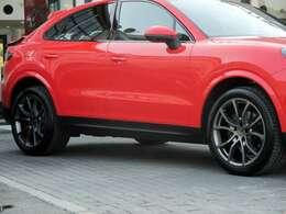 オプション:21インチカイエンエクスクルーシブデザインホイール(サテンプラチナ) ホイールサイズ:フロント9.5J×21 リア11J×21 タイヤサイズ:フロント285/40R21 リア315/35R21
