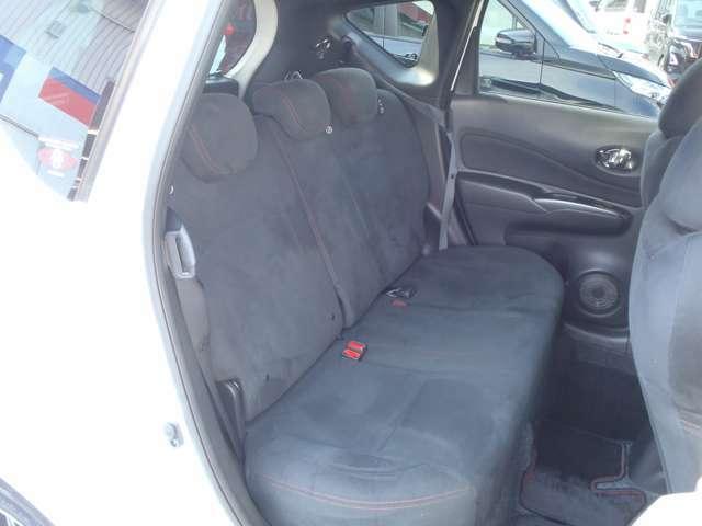 後席も専用スエード調スポーツシートです。ワークスチューンならではの精細な重量バランスにまで配慮。