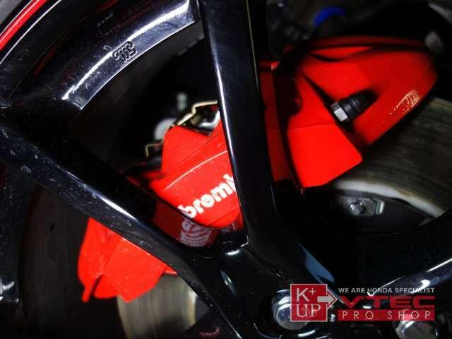 ブレンボ社製モノブロックアルミ対向4ポットキャリパー×ドリルド&ピラーフィンディスクもタイプR専用品。強力なブレーキングを楽しめるのもタイプRの醍醐味!
