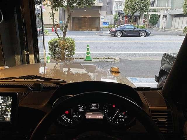 ディストロニックプラス(クルーズコントロール機能に、前車との最適な車間距離維持機能をプラスした運転支援システム)で、長距離ドライブも快適です。