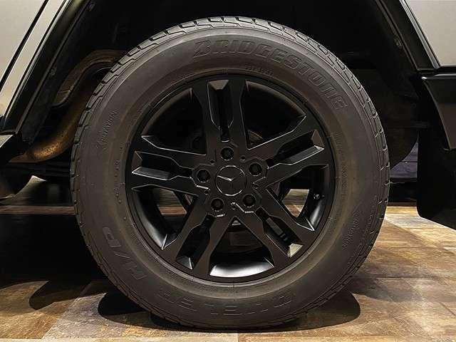 イリジウムシルバーのG350を、足元からシャープな印象かつシンプルなまとまりを見せ、格好良さが際立ちます。