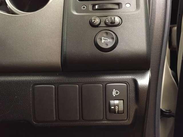 ミラーの角度調整操作ボタンになります。