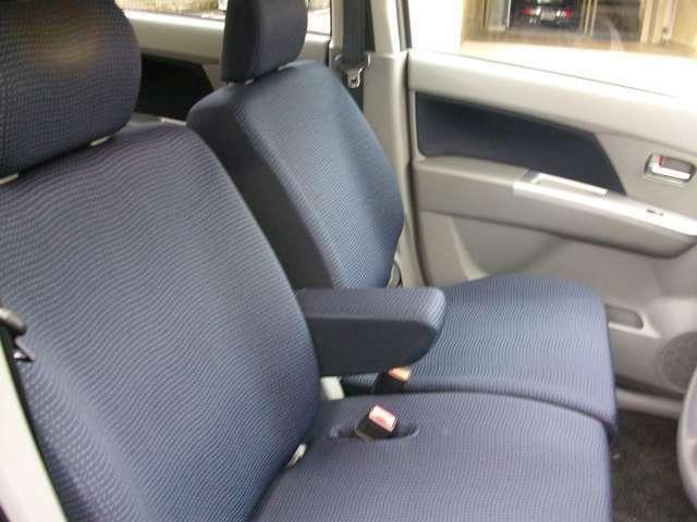 まだまだ綺麗なフロントシート!センターアームレスト装備!