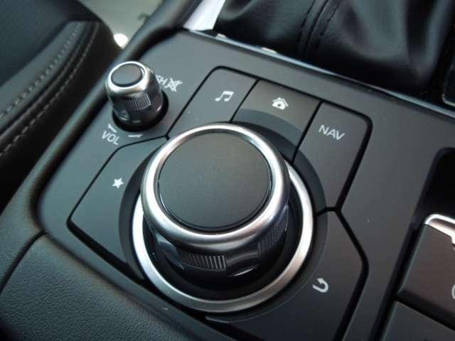 『マツダコネクト』ナビゲーション機能はもちろん、安全装備の設定・調整などや最新の情報をアップデートしながら使用可能。画面もタッチパネルですが、コマンダーコントロールの操作で運転にも集中できます。