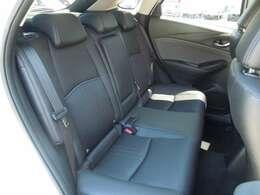 後席の着座位置を前席よりも高く、内側に設定することで、後席乗員もすっきりした前方への開放感を楽しめるとともに、対角線上の乗員同士が会話しやすいですよ!