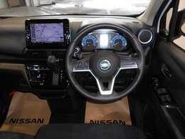 運転席周り。気持ちよく視界が広がる、開放的な運転席です。スーパーUVカット断熱グリーンガラスは、紫外線からお肌をガード(約99%もカット)し、上質なインテリアも色褪せからも守ります。