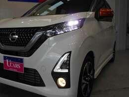 白い光で明るいLEDヘッドライト。フォグランプも装備して安全運転をサポート。トンネルなどで便利なオートライト、対向車や先行車・周囲の明るさでハイ/ローを自動で切替えるハイビームアシストも付いています!