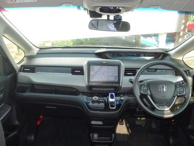 フロントガラスは大きく視界も良好!コンパクトで女性の方も運転しやすいお車です!