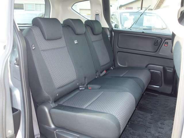後席は足元ゆったり長距離ドライブも疲れにくいでしょう!
