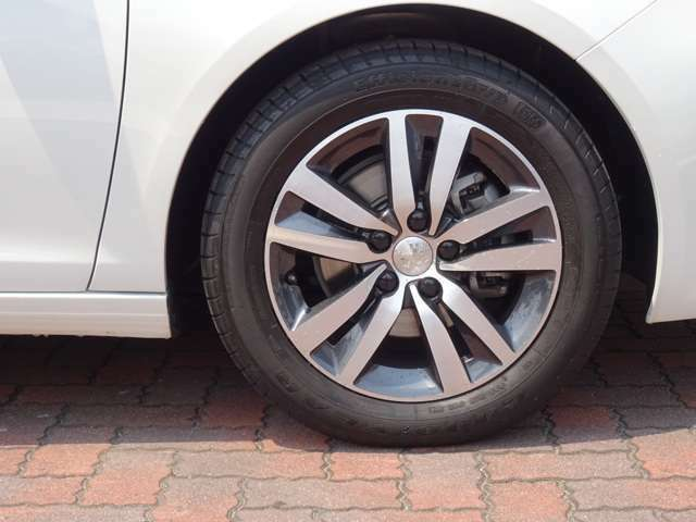 16インチアルミホイールです。タイヤ、ホイールに目立ったキズや使用感はありません。【プジョー大府:0562-44-0381】