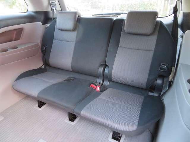 3列目シート♪足元の広さもしっかりと確保されています♪大人の方でも座れる広さを確保しています♪3列目は6:4分割可倒式で、手動でシートを床下に簡単に格納することができます♪