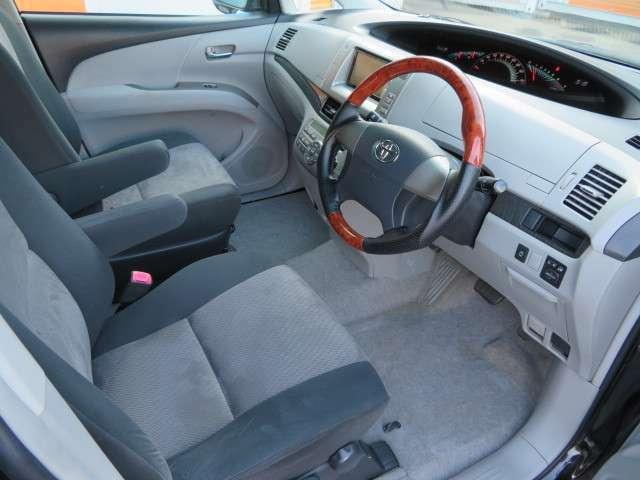 インパネシフトなので足元も広々♪シートもツートンカラーで車内が明るく見えます♪シートもクッション性があるので長時間運転しても疲れづらくなっています♪