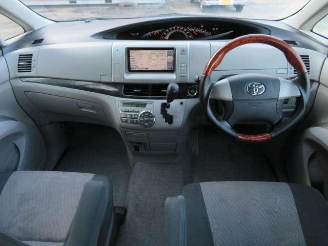 清潔感のあるキレイな車内♪シートも切れや焦げ跡等なくきれいな状態です♪フロントセンター部分はウォークスルーなので、後席への移動も楽々です♪ウッドコンビハンドルも装備で高級感も◎♪