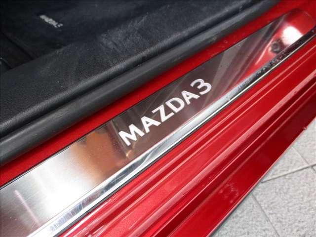専用のアルミ製スカッフプレートが美しく目を惹き付けます。ドアを開けた瞬間に走りの期待が高まります★☆★☆★