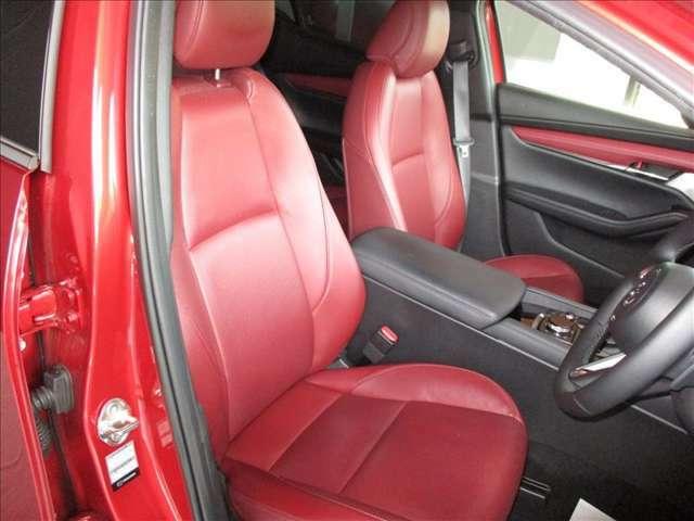 禁煙車で綺麗で清潔なレッドレザーのオシャレなシートは、快適な座り心地の良さとサポート性能に優れています。運転席は電動シート仕様で便利なメモリー機能も装備しています★☆★☆★☆