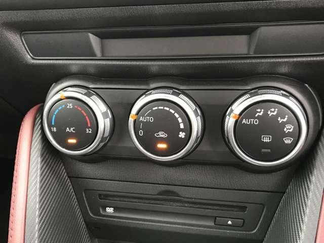 運転席と助手席でそれぞれの温度設定のできるデュアルエアコン。