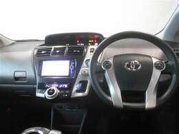 ブラックを基調としたシンプル装備で使いやすい運転席周り。