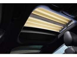 人気の高いオプション装備!!パノラマガラススライディングルーフ!!前席・後席共にガラスルーフとなり、開放的且つ明るい室内空間となります。